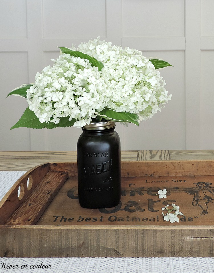 Inspiration de décoration intérieure de style farmhouse avec du noir et du bois naturel