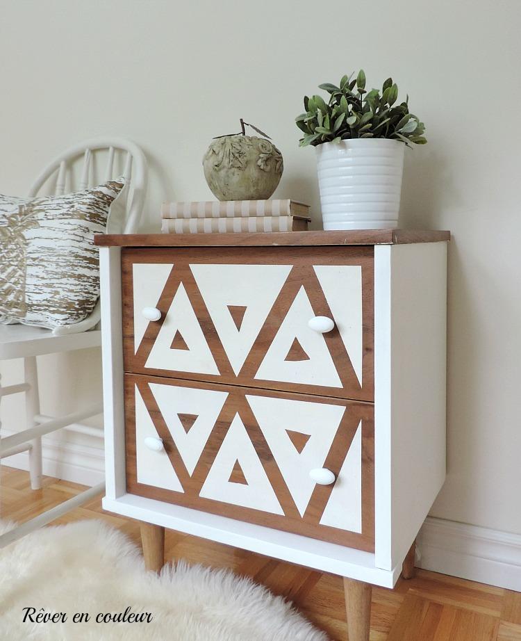 r nover une petite table de chevet r ver en couleur. Black Bedroom Furniture Sets. Home Design Ideas