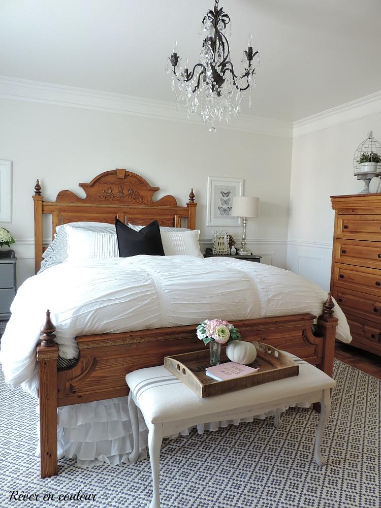 Décoration de style farmhouse dans la chambre à coucher, chambre des maîtres en gris et blanc
