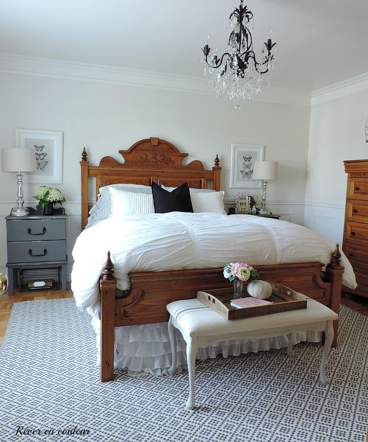 Décoration de style farmhouse dans la chambre à coucher, chambre des maîtres en gris et blanc.
