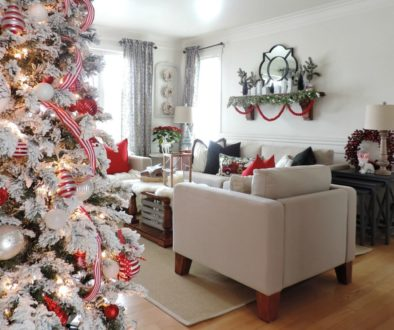 Christmas living room in red and white. Salon décoré pour Noel en rouge et blanc.